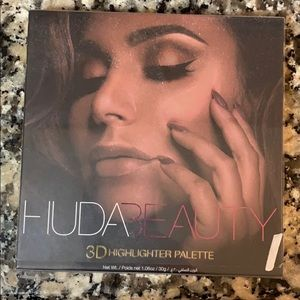 Huda Beauty highlighter palette never used